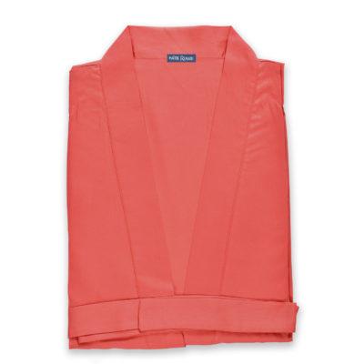 Kimono en satin de coton de couleur rouge uni. Kimono haut de gamme en coton très doux et naturel. Déshabillé en satin chic et classe